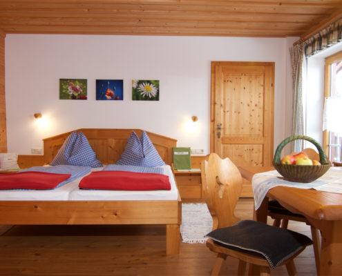 Zimmer mit Holzmöbel
