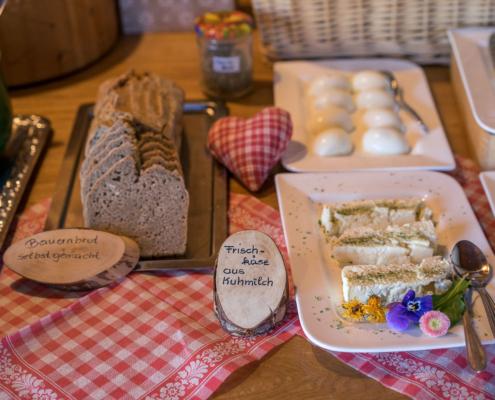 Frühstücksbuffet mit selbstgemachten Brot